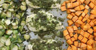 Una cacerola de pesto de pollo y verduras